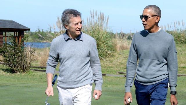Macri recibió al ex presidente Obama, con vestimenta similar, en un club de golf de Bella Vista
