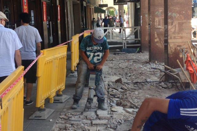Matías Sosa rompe la vereda con un martillo eléctrico en Retiro