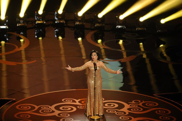 Shirley Bassey en el homenaje a James Bond, cantando Goldfinger