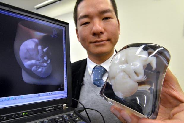 Tomohiro Kinoshita, de Fasotec, muestra un modelo de un feto de 9 meses y la imagen de digtal de la madre