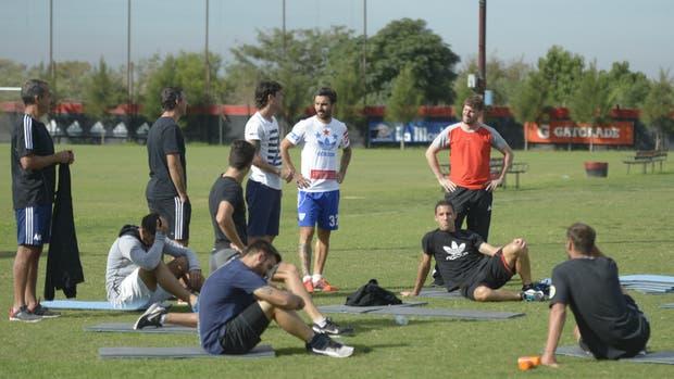 Los jugadores durante el entrenamiento del lunes: cada uno con su propia indumentaria