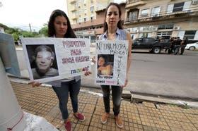 Familiares de Elizabeth Verón ayer, en Corrientes, antes de que se iniciara la audiencia del juicio por el homicidio