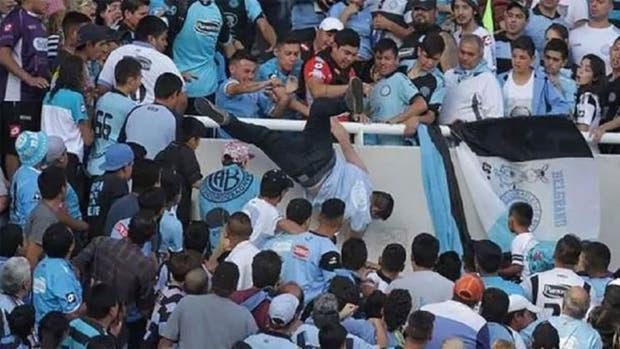 El momento en el que Emanuel Balbo fue empujado en la tribuna y terminó muriendo