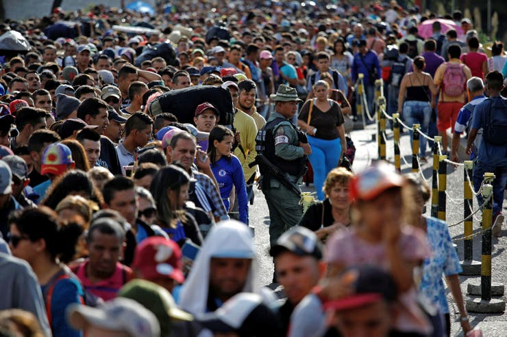Largas filas en la frontera entre Venezuela y Colombia