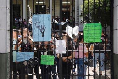 Los amigas y compañeras de la víctima se expresaron con carteles en el Liceo N°05 Pascual Guaglianone