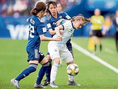 Estefanía Banini domina la pelota ante Japón, en el Mundial: la mendocina fue entrenada por Villalobos