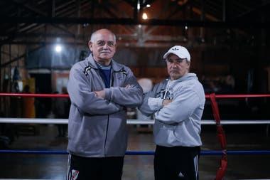 El coordinador del programa Formando en el Deporte Virgilio Arauz (izq) y el profesor Gabriel Cordoba, en el Gimnasio de la Asociación de Técnicos de Boxeo de Cordoba