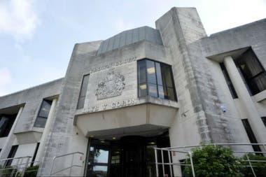 El tribunal de la Corona de Swensea condenó a la mujer a dos años y cuatro meses de prisión por maltrato infantil y negligencia