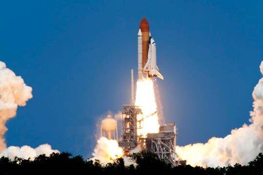 El transbordador espacial Atlantis despega en una misión a la Estación Espacial Internacional desde el Centro Espacial Kennedy en Cabo Cañaveral. Foto: AFP