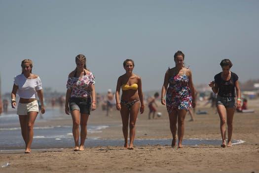 Paseo playero en las tranquilas playas de Pinamar. Foto: LA NACION / Mauro V. Rizzi