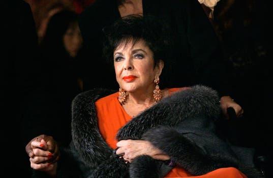 Elizabeth Taylor, en 2007, ya afectada por varios problemas de salud, llega a un teatro de Los Angeles..