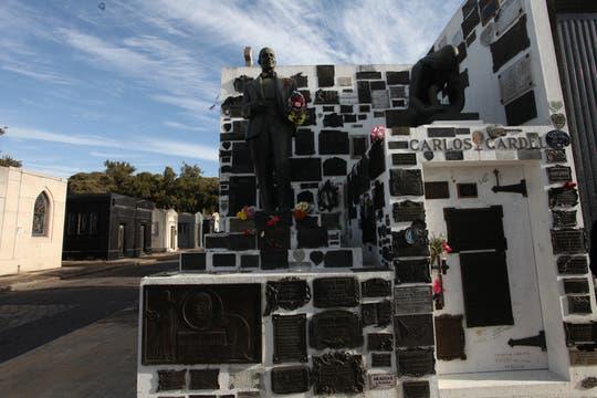 La tumba de Carlos Gardel es visitada por cientos de fanáticos y turistas todos los años. Foto: lanacion.com / Guadalupe Aizaga