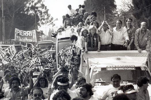 """Duhalde en la """"Caravana de la Victoria"""" de campaña con Alberto Pierri, candidato a diputado en 1993. Foto: Archivo"""