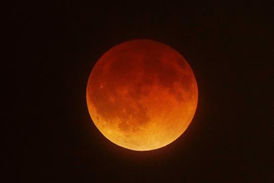 Vista de la luna en Los Ángeles, California. Foto: AFP