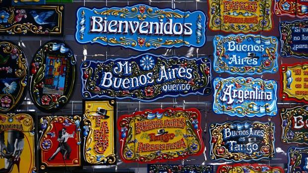 Memo Caviglia (izq.) en su taller de Mataderos: una de las mecas del fileteado porteño