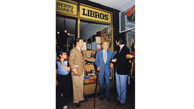 Del brazo de Alberto Casares (con barba), dueño de la librería que eligió Borges para hacer su última aparición en público antes de marcharse a Europa