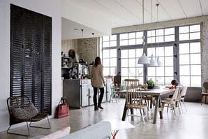 Una fábrica convertida en un hogar pleno de luz