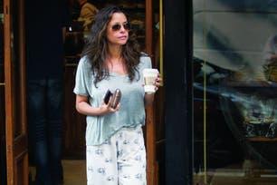 """Sábado 25, por la mañana. Con una t-shirt y un pantacourt estampado de Jota & Co, la marca de pijamas que lanzó en octubre del año pasado, que combinó con un par de slippers de Gucci –el preferido entre fashionistas del mundo–, Julieta """"caminó"""" su barrio café en mano."""