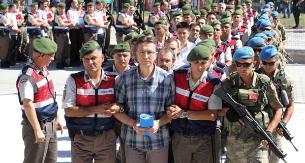 Los acusados llegan ayer al tribunal de Sincan, cerca de Ankara