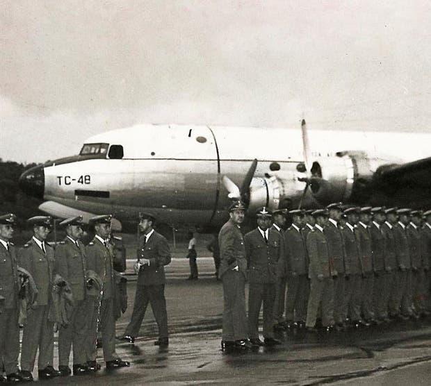 Uno de los mayores misterios: los cadetes de la Fuerza Aérea Argentina antes de partir en el avión TC-48