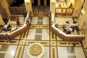 El hall central del palacio, en donde todavía funcionan oficinas comerciales del Correo Argentino