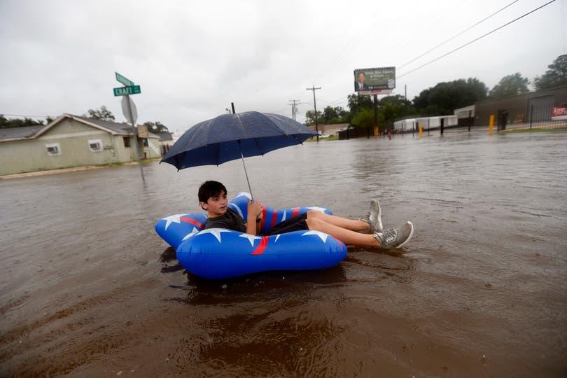 Julius Verret, de 14 años, flota en una calle en Lake Charles. Foto: AP