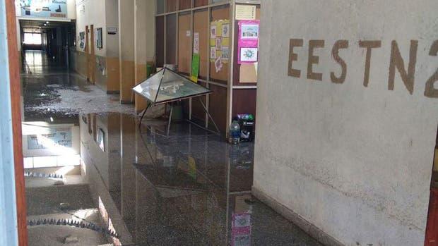 Un grupo de jóvenes rompió las cañerías de la escuela donde asisten y luego se autoincriminaron en Facebook