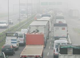Por el humo y la niebla, la Panamericana tuvo que ser cortada y se produjeron congestionamientos