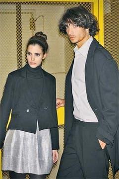 Ella: Polera de lana, falda con lúrex y saco con trama espigada (Giesso, $ 174, $ 199, $ 408). Él: Ambo, camisa y saco espigado (Giesso, $ 890, $ 94 y $ 607). Foto: Mariano Vega