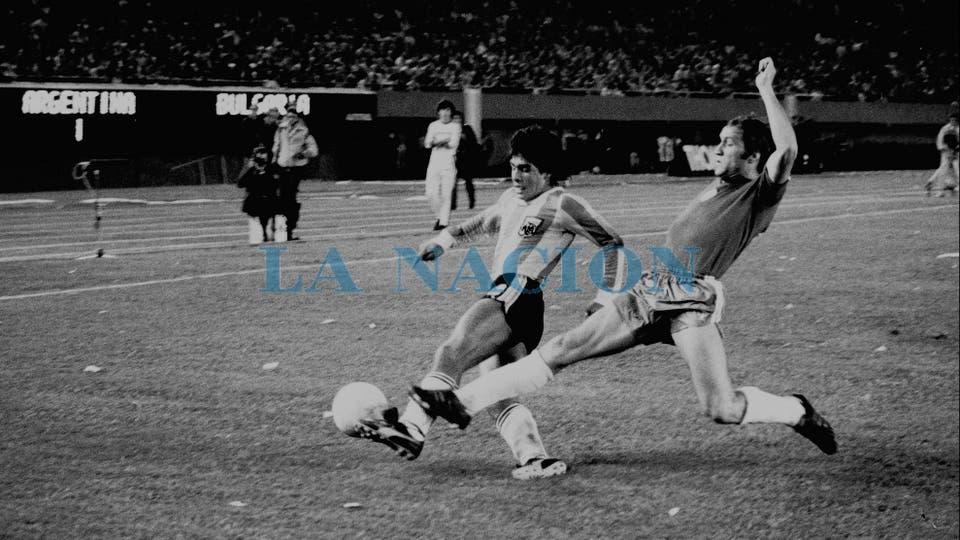 25-4-1979: su quinto partido con la selección, ante Bulgaria en el Monumental, y la Argentina ganó 2 a 1.. Foto: LA NACION