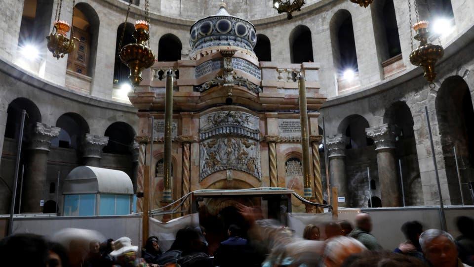 Turistas recorren la iglesia del Santo Sepulcro, en la Ciudad Vieja de Jerusalén. Foto: Reuters / Ronen Zvulun