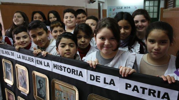 El lugar que ocupó la mujer en 200 años de historia, uno de los ejes sobre los que trabajan los chicos de la Escuela N° 24 de Gerli, en Avellaneda