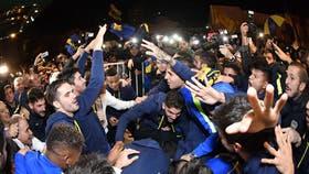 La euforia de los jugadores de Boca en la puerta del hotel de Bahía Blanca, donde siguieron el partido de Banfield y celebraron la victoria del Ciclón; el festejo en la cancha será hoy