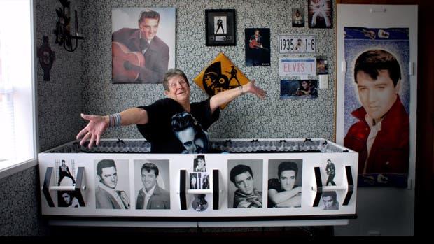 La señora Latemore en su féretro de Elvis