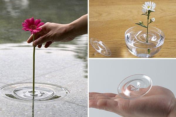Jarrón con base de resina que hace un efecto como que la flor flota en el agua. Foto: Monkeyzen.com