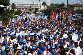 Miles de docentes marcharon por las calles de La Plata