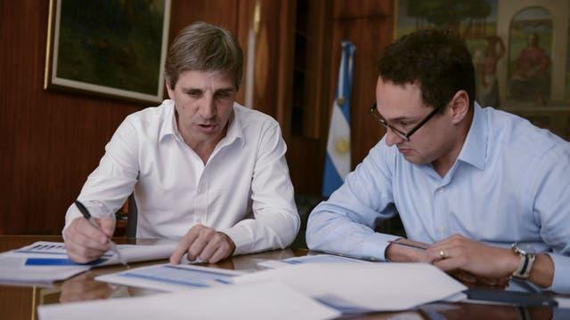 El ministro de Finanzas Luis Caputo junto al secretario de Servicios Financieros Leandro Cuccioli.
