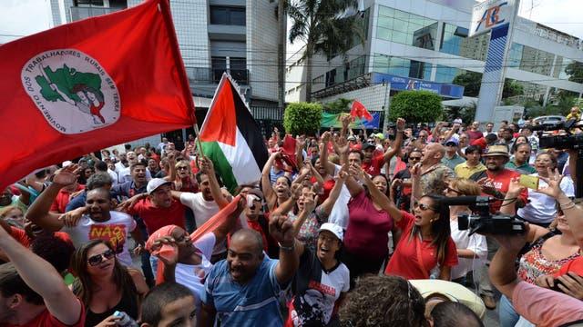 Simpatizantes del ex mandatario, sindicalistas y miembros de movimientos sociales llegaron a su residencia en la ciudad paulista de São Bernardo do Campo para expresarle solidaridad