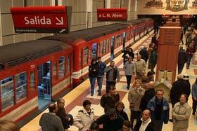 Indignados, los pasajeros provocaron destrozos en la estación a raíz de las demoras en el servicio