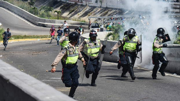 La policía enfrenta a opositores en Caracasa. Foto: AFP / Juan Barreto