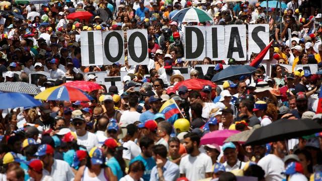 Un cartel que marca los días de lucha de la oposición
