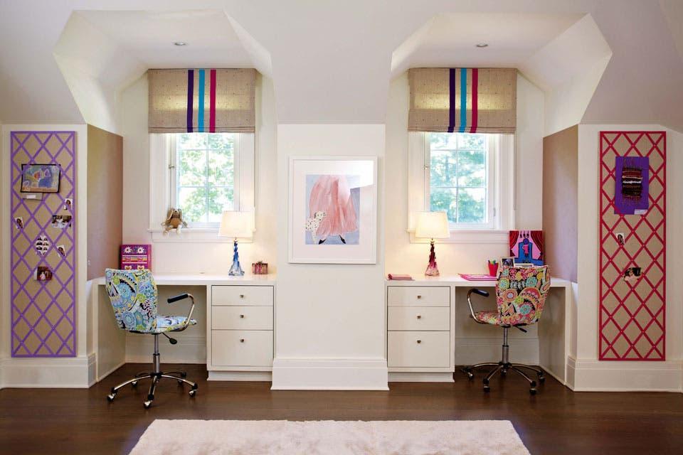 En el espacio común, un escritorio diseñado por Rachel con sillas ergonómicas con fundas estampadas (Pottery Barn) y a cada lado, corchos personalizados (Rachel Laxer Interiors).  Foto:Living /Rachel Laxer Interiors