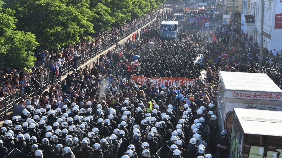 La policía desaloja una protesta contra el G-20 en Hamburgo. Foto: Boris Roessler