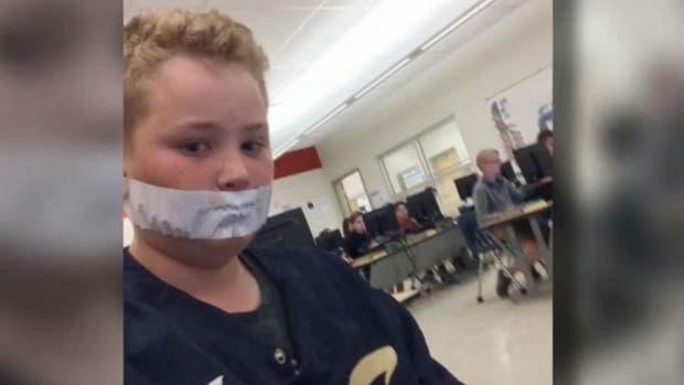 Un niño con la boca tapada con una cinta. Foto: Twitter