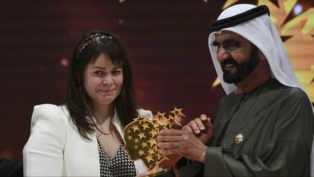 Maggie MacDonnell recibe el premio en Dubai