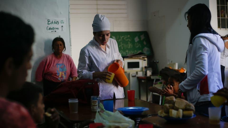Los alumnos se preparan para el desayuno, luego participarán de sus clases, muchos asisten con su padres y hermanos, juntos aprenden a leer y a escribir. Foto: LA NACION / Diego Lima