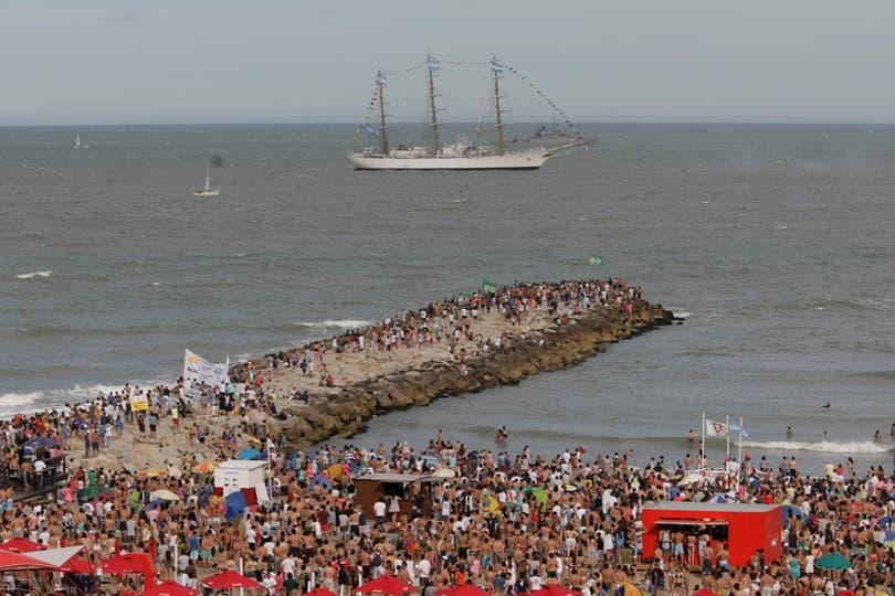 Quienes disfrutaban del día de playa vieron pasar a la Fragata que se dirigía al puerto. Foto: LA NACION / Mauro V. Rizzi