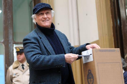 Pino Solanas emitió su voto temprano. Foto: Télam