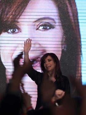 La Presidenta saluda a sus seguidores en el búnker del oficialismo