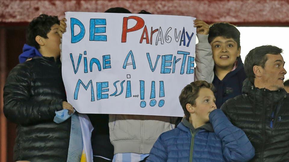 Hinchas de Paraguay vinieron a ver a Messi. Foto: LA NACION / Fabián Marelli